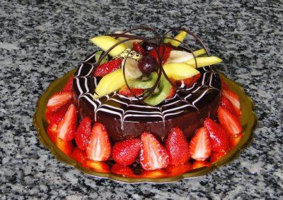 Tejszínes csoki torta eperrel