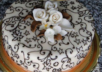 Sűrű díszitéses torta